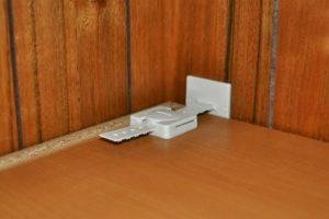 面で支える家具転倒防止器具